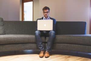 איש עם מחשב על הספה