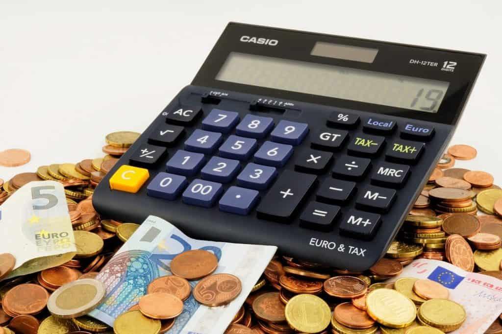 מחשבון על ערימת כסף
