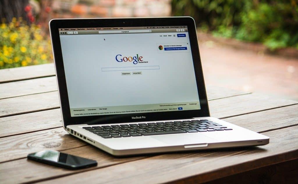 מסך מחשב פתוח על גוגל